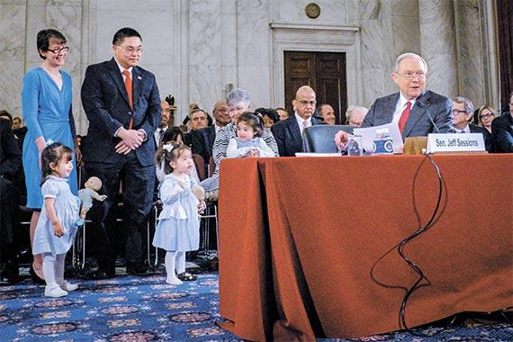 10일(현지시간) 청문회에서 세션스 법무장관 후보(오른쪽)가 가족 을 소개하고 있다. 왼쪽 아래 작은 사진은 손녀와 청문회장에 온 카슨 주택장관 후보. [블룸버그]