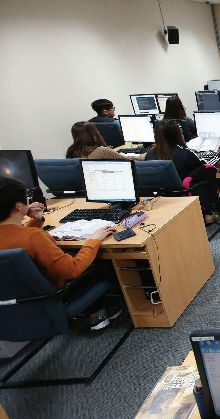 정부의 'K-Move 스쿨' 사업에 선정된 한 연수기관에서 일본 IT 업계 취업을 위한 수업을 받고 있는 수강생들. 이들 연수기관은 대부분 일본 취업률이 높게 나타난다. (위 연수기관 사진은 기사의 특정사실과 무관함)
