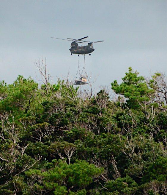 미국이 반환한 오키나와현 미군 북부훈련장 주변의 원시림 사이로 일본 육상자위대 CH-47 헬기가 이륙하고 있다. [사진 지지통신]