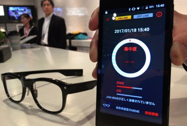 피로도를 측정할 수 있는 JINS의 안경형 웨어러블 기기. [사진 니혼게이자이신문]