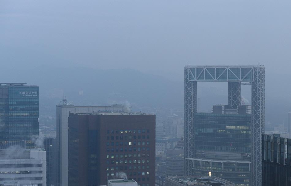 19일 오전 서울 중구 롯데호텔에서 바라본 도심. [뉴시스]