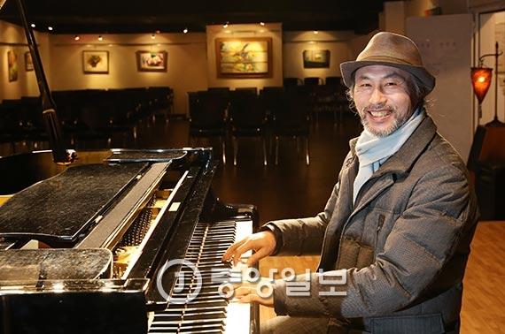 한국가곡예술마을 나음홀에서 피아노를 연주하고 있는 장은훈씨. [사진 조문규 기자]