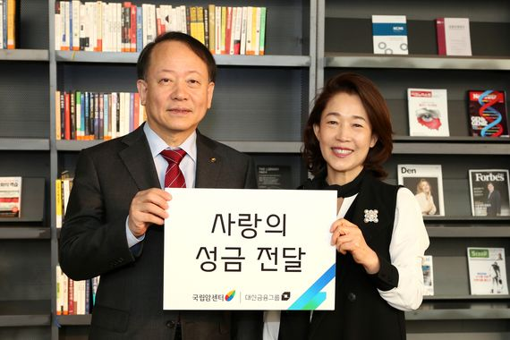 이어룡 대신금융그룹 회장(오른쪽)은 최근 국립암센터를 찾아 사랑의 성금을 전달했다.이 회장은 2009년부터 국립암센터발전기금 이사로 재직하고 있다. [사진 대신금융그룹]