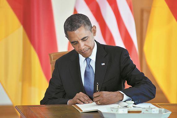 몽블랑 마이스터스튁 만년필로 방명록에 서명하는 버락 오바마 미국 대통령.