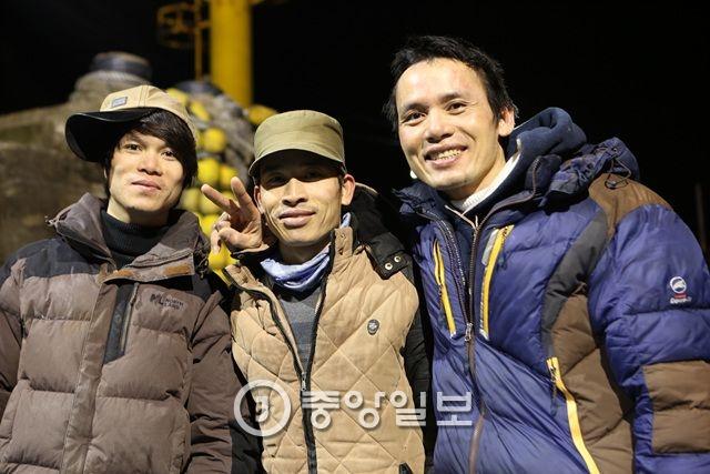 한성호의 베트남 선원들. 왼쪽부터 웨이, 렁, 흐엉.