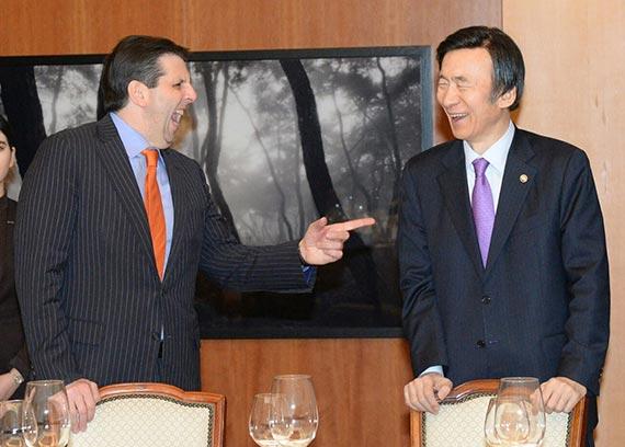 윤병세 장관( 오른쪽)이 18일 리퍼트 대사와 외교부장관 공관에서 한식 고별만찬을 했다. [사진 외교부]
