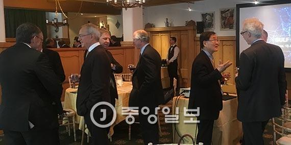 다보스 글로벌 대학리더 포럼에 앞서 강성모(오른쪽서 두번째) KAIST 총장, 니콜라스 더크 UC버클리 총장(오른쪽서 첫번째)등 참석자들이 18일(현지 시간) 환담을 나누고 있다. [다보스 = 문희철 기자]