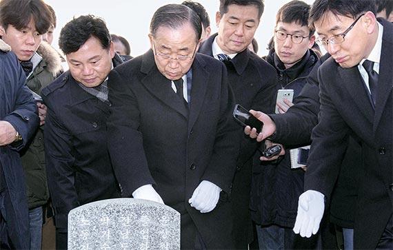 반기문 전 유엔 사무총장(가운데)이 18일 광주광역시 운정동 국립 5·18민주묘지를 찾아 묘역을 돌아보고 광주민주화운동 희생자를 추모했다. [프리랜서 오종찬]