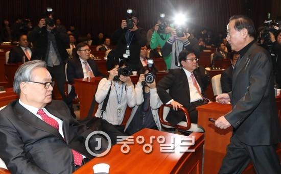 인명진 새누리당 비상대책위원장(왼쪽)과 서청원 의원(오른쪽). 서 의원 앞에 앉은 사람은 정우택 원내대표다. [중앙포토]