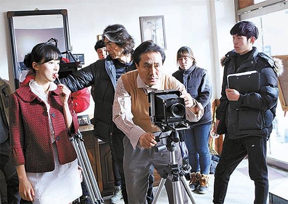 전수일 감독(가운데)이 영화 '아메리카타운'을 촬영하고 있다. [사진 한국영화인총연합회 군산지부]