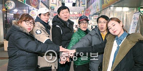 지난해 12월 중순부터 인천 강남시장 청년빌리지에서 영업을 시작한 20~30대 젊은 상인들이 전통시장에 새로운 활기를 불어넣고 있다. [인천=김춘식 기자]