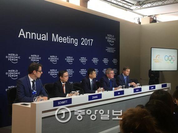 19일 토마스 바흐 국제올림픽위원회 위원장(오른쪽에서 두 번째)과 마윈 알리바바그룹 회장(가운데)이 장기 파트너십을 체결했다. 다보스=문희철 기자