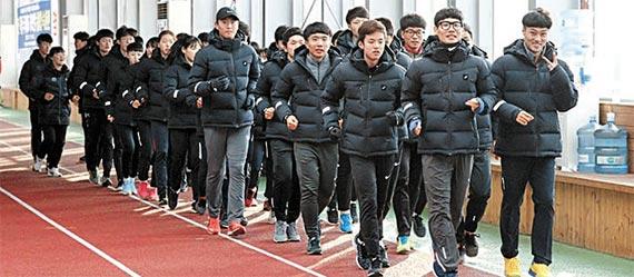 경북 예천군 예천읍으로 겨울 전지훈련을 온 학생 육상 선수들이 실내육상훈련장 200m 트랙 위를 줄지어 달리며 훈련을 하고 있다. [사진 경북 예천군]