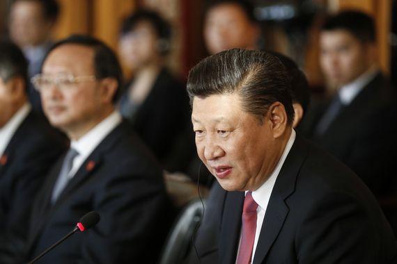 스위스를 국빈 방문 중인 중국 시진핑 국가주석이 16일(현지시간) 수도 베른에서 열린 한 행사에 참석, 양제츠 외교담당 국무위원(왼쪽) 등이 배석한 가운데 발언하고 있다. 시 주석은 17일 다보스에서 열리는 세계경제포럼(WEF)에 참석했다.