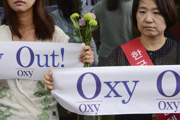 지난해 7월 가습기 살균제 피해자들과 시민단체들이 옥시 본사 앞에서 벌인 항의 시위. [사진 중앙포토]