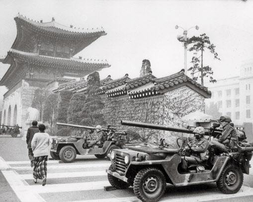 1979년 12·12 사태 당시 서울 광화문에 주둔한 계엄군. [중앙포토]
