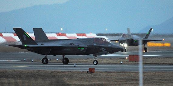 18일 오후 일본 야마구치현 이와쿠니 미 공군기지에 F-35B 스텔스 전투기 2대가 도착했다. 미국 해병대가 운용하며 수직 이착륙이 가능하다. [지지통신]