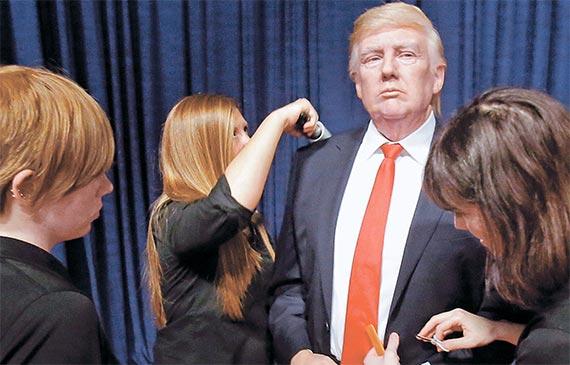 도널드 트럼프 미국 대통령 취임에 맞춰 19일(현지시간)부터 미 플로리다주 올랜도의 마담 투소 박물관에 전시될 실물 크기 트럼프 밀랍인형. [올랜도 AP=뉴시스]