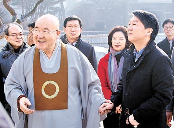 안철수 전 국민의당 대표(오른쪽)가 19일 전북 원불교 총부를 찾아 장응철 종법사를 예방했다. [뉴시스]