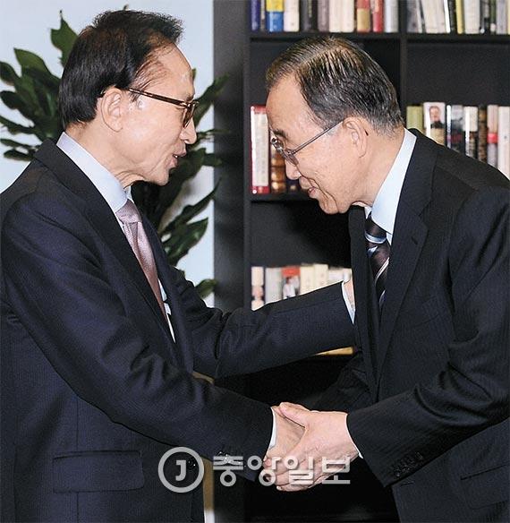 """이명박 전 대통령(왼쪽)이 19일 서울 대치동에 있는 자신의 사무실에서 반기문 전 유엔 사무총장을 만났다. 이 전 대통령은 """"지난 10년간 봉사한 경험을 살려 대한민국을 위해 일해 달라""""고 당부했다. [사진 박종근 기자]"""