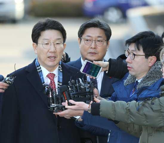 탄핵소추위원인 권성동 국회 법제사법위원장(사진 왼쪽)