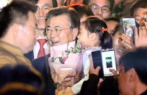 """문재인 더불어민주당 전 대표(가운데)는 22일 광주 김대중컨벤션센터에서 열린 '포럼광주' 출범식에 참석해 """"많이 부족하지만 미워도 다시 한번 손을 잡아 주실 것을 호소드린다""""고 말했다. [뉴시스]"""