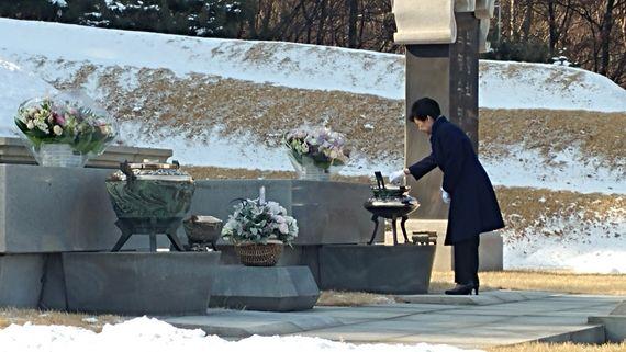 박근혜 대통령이 23일 아버지 박정희 전 대통령과 어머니 육영수 여사의 묘소가 있는 국립서울현충원을 찾았다. 박 대통령이 묘역에 분향하고 있다. [사진 청와대]