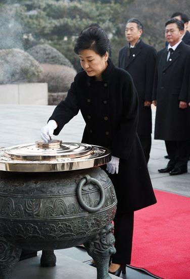 박근혜 대통령이 2016년 1월 국립서울현충원에서 현충탑에 헌화 및 분향을 한 후 묵념하고 있다. [청와대사진기자단]