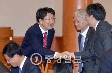 국회 탄핵소추위원장인 권선동(왼쪽) 법사위원장이 박 대통령 측 변호인단과 인사하고 있다.