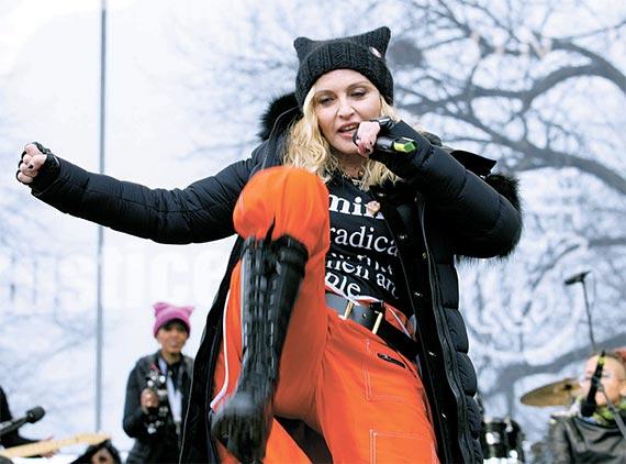 21일 미 워싱턴에서 열린 반트럼프 시위에 깜짝 등장해 연설하고 있는 팝가수 마돈나. [AP=뉴시스]