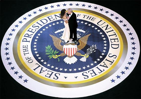 도널드 트럼프 미국 대통령이 20일(현지시간) 취임 축하 무도회에서 퍼스트레이디 멜라니아와 함께 프랭크 시내트라의 노래 '마이 웨이'에 맞춰 춤을 추고 있다. 바닥에는 미국 대통령 문장(紋章)이 그려져 있다. 트럼프 부부는 '아이 윌 올웨이스 러브 유'에 맞춰 춤을 추기도 했다. [워싱턴 AP=뉴시스]