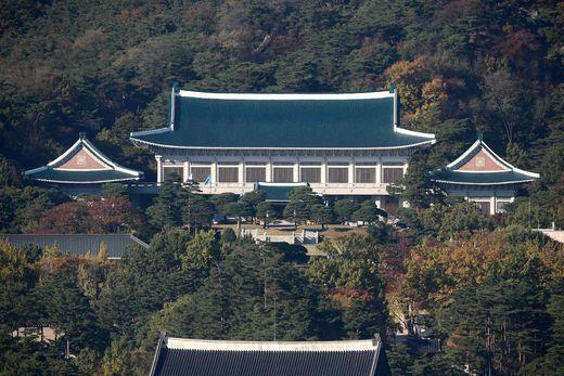서울 시내에서 바라본 청와대 전경, 청와대는 국가안보전략 지침 등 상위지침을 만들고 정책의 일관성을 유지하는 역할을 해야한다. [사진 중앙포토]
