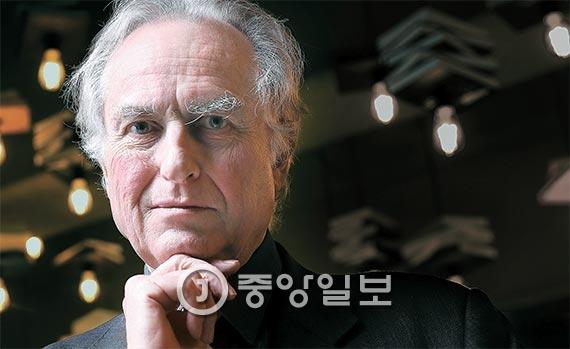 『이기적 유전자』의 저자인 진화생물학자 리처드 도킨스가 첫 내한해 21일 서울 한남동 블루스퀘어에서 '진화의 다음 단계는 무엇인가'라는 주제로 강연을 했다. 300여 명이 자리를 가득 메웠다. 도킨스는 22일 세종대에서 강연을 했고, 25일엔 고려대에서 장대익 서울대 교수와 대담을 할 예정이다. [사진 우상조 기자]