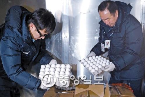 12일 인천국제공항에서 농림축산식품부 공무원들이 미국산 계란 샘플을 검사하고 있다. [중앙포토]