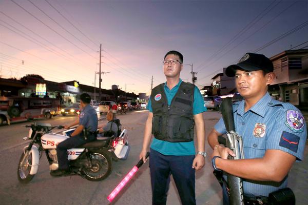 필리핀 앙헬레스에서 한인 자율 파출소와 경찰서가 협력해 한인타운을 순찰하며 범죄 예방 활동을 펼치고 있다. [사진 중앙포토]