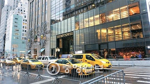 '뉴욕의 백악관'이 돼 버린 뉴욕 맨해튼 5번가의 트럼프타워. 주변이 한산하다. [사진 안정규 뉴욕중앙일보 기자]