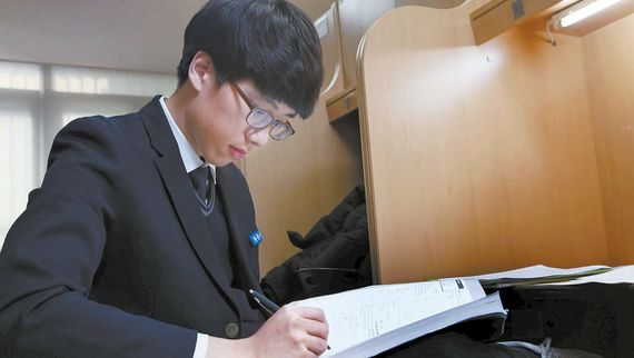 서울 광문고 2학년 정문규군이 학교 자율학습실에서 수학문제를 풀고 있다. 정군은 한 문제를 풀 때마다 해답지를 보면서 자신의 풀이 방법이 맞는지 확인한다.