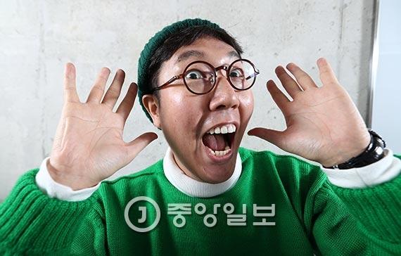 """개그맨 김영철은 예능 프로그램에 출연한 듯 카메라 앞에서 다양하고 익살스러운 표정을 지어보였다. 그리고 """"'아는형님'의 시청률이 5%를 돌파해야 매를 빨리 맞을 수 있을 텐데""""라며 너스레를 떨었다. [사진 김현동 기자]"""