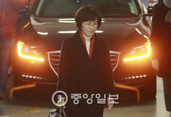 최경희 전 이화여대 총장이 18일 오전 서울 대치동 특별검사 사무실에 피의자 신분으로 출석하고 있다. 최 전 학장은 최순실씨의 딸, 정유라씨의 입시와 학사 특혜 전반을 주도한 의혹을 받고 있다