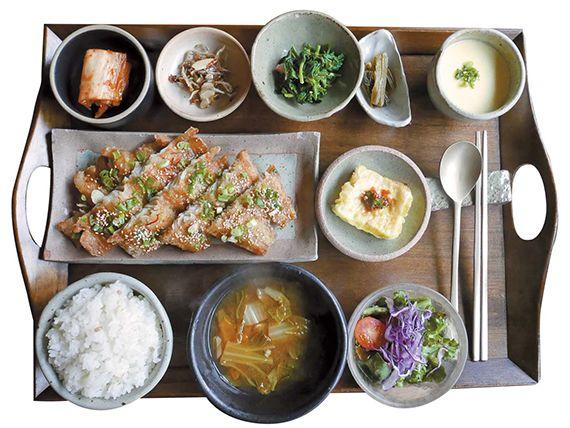 따뜻한 밥과 국을 기본으로 샐러드, 계란찜, 김치, 두부 그리고 맛깔스러운 나물반찬과 함께 나오는 '코갈비 정식'.