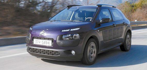 C4 칵투스는 2000만원대에 구입할 수 있는 수입산 소형 SUV다. 개성 강한 디자인을 갖췄고 '에어 범프'를 달아 '문콕'도 예방한다. 핸들링과 뛰어난 연비도 C4 칵투스의 경쟁력이다. [사진 시트로엥]