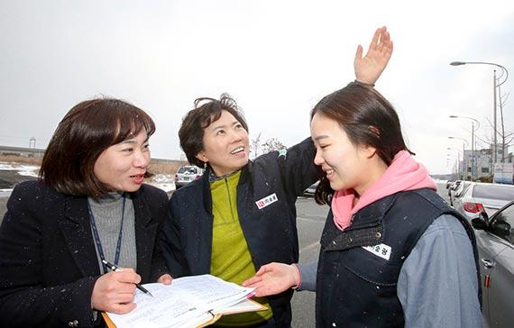박희영 광산구청 기업팀장(왼쪽)이 김춘애 승광 대표(가운데)로부터 고충을 듣고 있다. [프리랜서 장정필]
