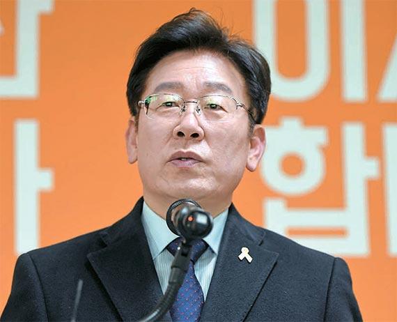 이재명 성남시장이 23일 성남시 오리엔트바이오 공장에서 대선 출마를 선언하고 있다. [뉴시스]