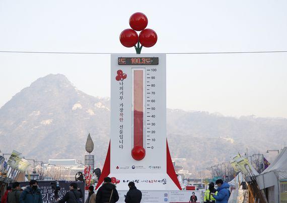 서울 광화문광장에 설치된 사랑의 온도탑의 수은주가 25일 100도를 돌파해 100.3도를 기록했다. 이날 오전 기준으로 모금한 3598억원은 1999년 집중모금 캠페인을 시작한 이래 최고액이기도 하다. [사진 사회복지공동모금회]