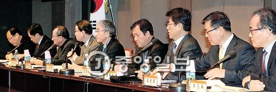 경제·인문사회연구회가 주최한 '한국의 지속발전, 어떻게 할 것인가' 콘퍼런스가 23일 열렸다. [사진 최정동 기자]