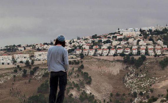이스라엘과 팔레스타인이 첨예하게 대립하는 요르단강 서안 지역의 말레 아두민 정착촌을 바라보고 있는 유대인 청년. [예루살렘 AP=뉴시스]