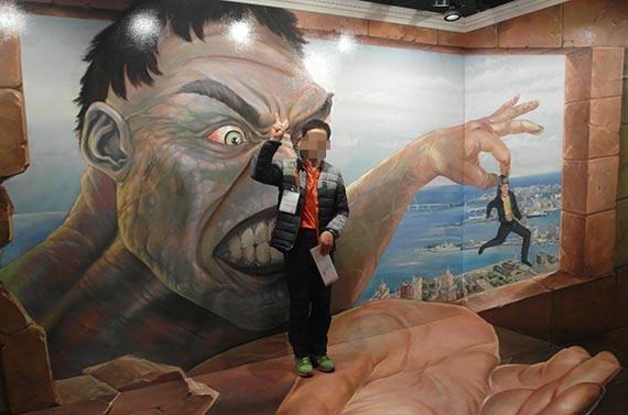 '축사노예' 피해자인 고모(48)씨가 지난해 11월 20일 청주시장애인가족지원센터 직원들과 전남 여수시에 있는 박물관을 방문해 대형 벽화 앞에서 'V'를 그리며 웃고 있다. [사진 청주시장애인가족지원센터]