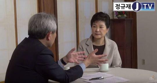 정규재 한국경제 논설위원과 인터뷰하는 박근혜 대통령. [사진제공=정규재TV]