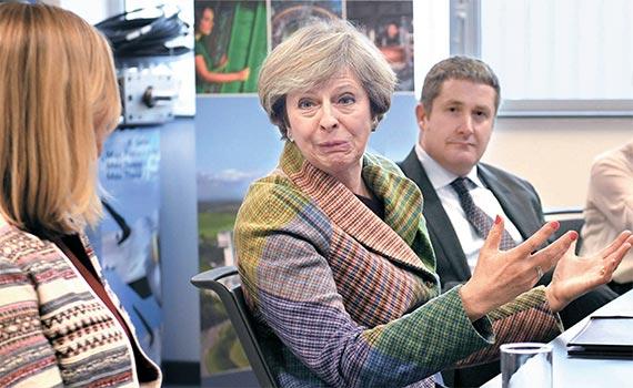 """24일(현지시간) 영국 정부가 의회의 승인 없이 브렉시트 협상을 시작할 수 없다는 대법원 판결에 대해 테리사 메이 영국 총리(가운데)의 대변인은 """"국민의 뜻에 따라 브렉시트를 계획대로 진행할 것""""이라고 밝혔다. 메이 총리가 전날 데어스베리에서 기업인들과 브렉시트 이후 산업정책에 대해 면담하고 있다. [AP=뉴시스]"""