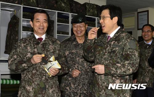 24일 황교안 대통령 권한대행이 육군 훈련소를 방문해 건빵을 먹고 있다. [사진 뉴시스]